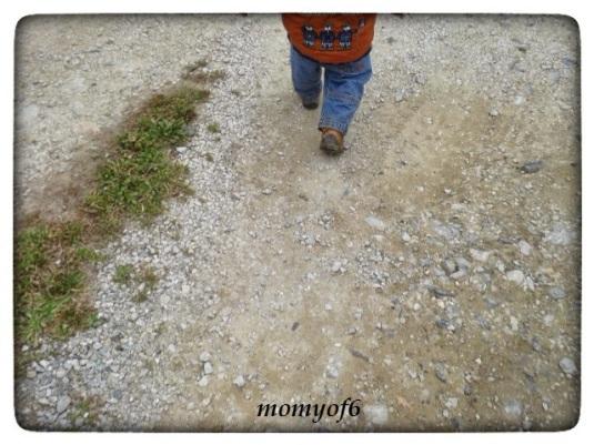 το μικρούλι περπατά μπροστά...