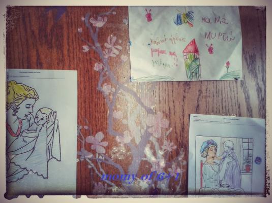 το καλωσόρισμα του νεογέννητου και της μανούλας από τα αδελφάκια του, μέσα από ζωγραφιές (επάνω είναι από την υποδοχή του προηγούμενου μωρού μας, αλλά δυο χρόνια τώρα δεν μου κάνει καρδιά να την ξεκολλήσω από την πόρτα μας!)