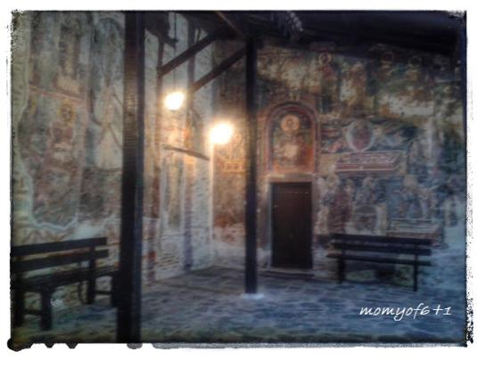 τοιχογραφίες στον εξωτερικό τοίχο των ναών